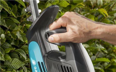 <strong>Patogus valdymas</strong><br/>Ergonomiškos formos rankeną patogu laikyti rankoje, todėl gyvatvorių žirklėmis dirbti lengva, saugu ir malonu.
