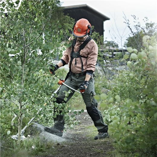 Make your brushcutter versatile by adjusting it to your task – from trimming to work in rough terrain
