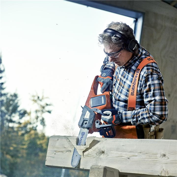 Cordless electric saw cutting fence