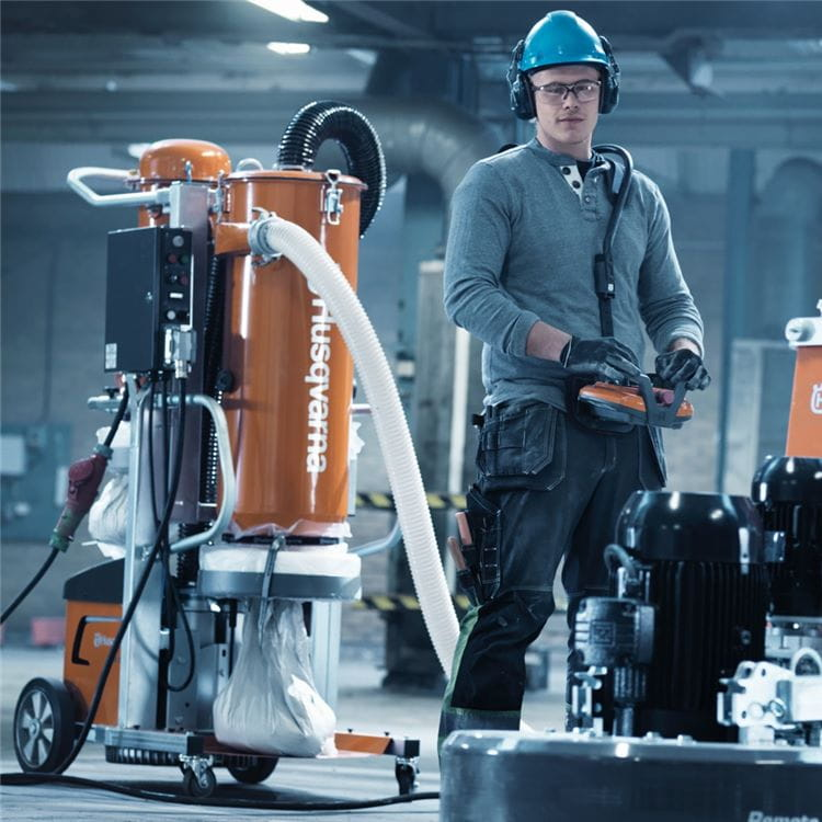 Husqvarna DC 6000 is a high-performance dust collector wih 3 filter stages that combines excellent dust control with uninterrupted suction force.