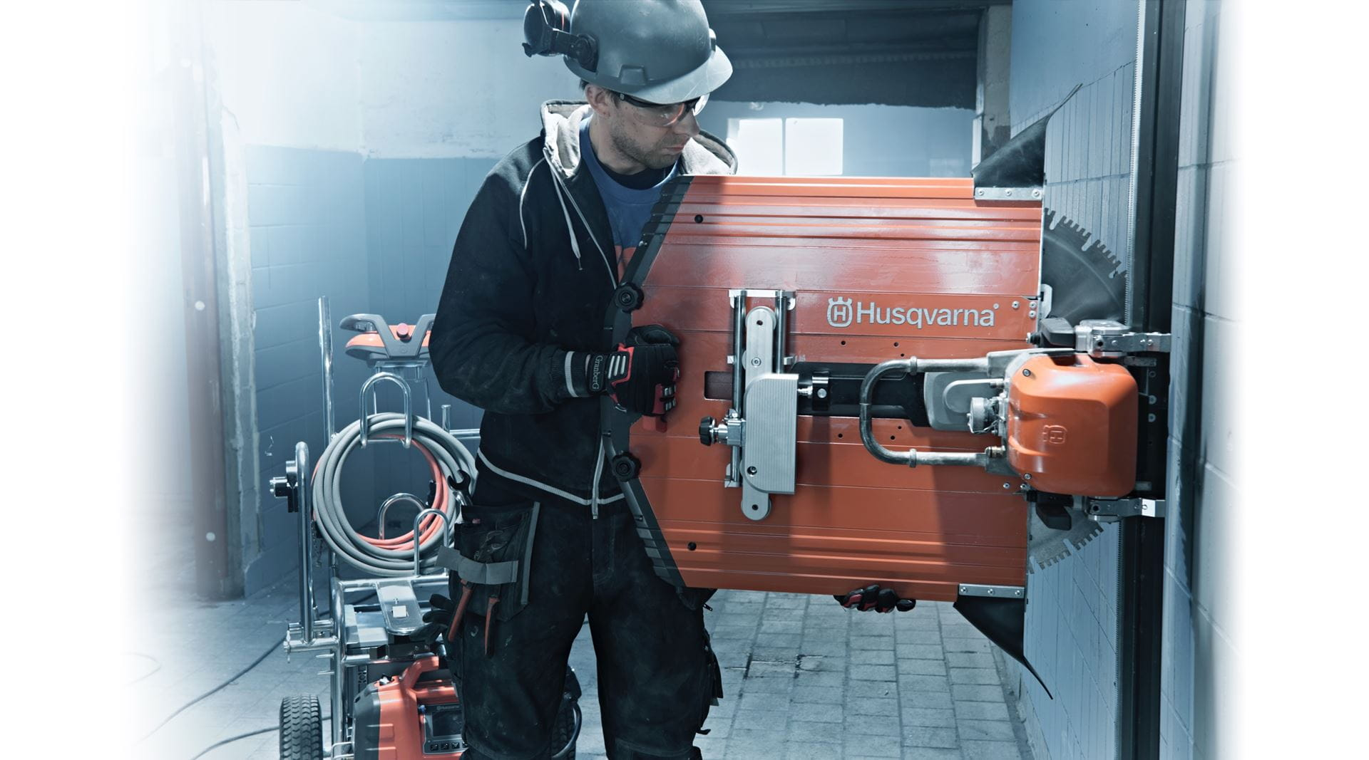 The smart transport carriage and easy setup adds to the high efficiency of Husqvarna WS 220 wall sawing system.