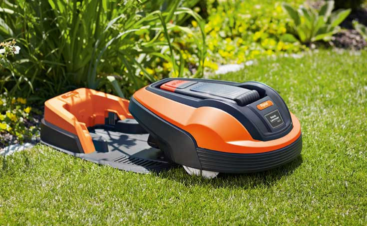 Robot lawn mower in charging station