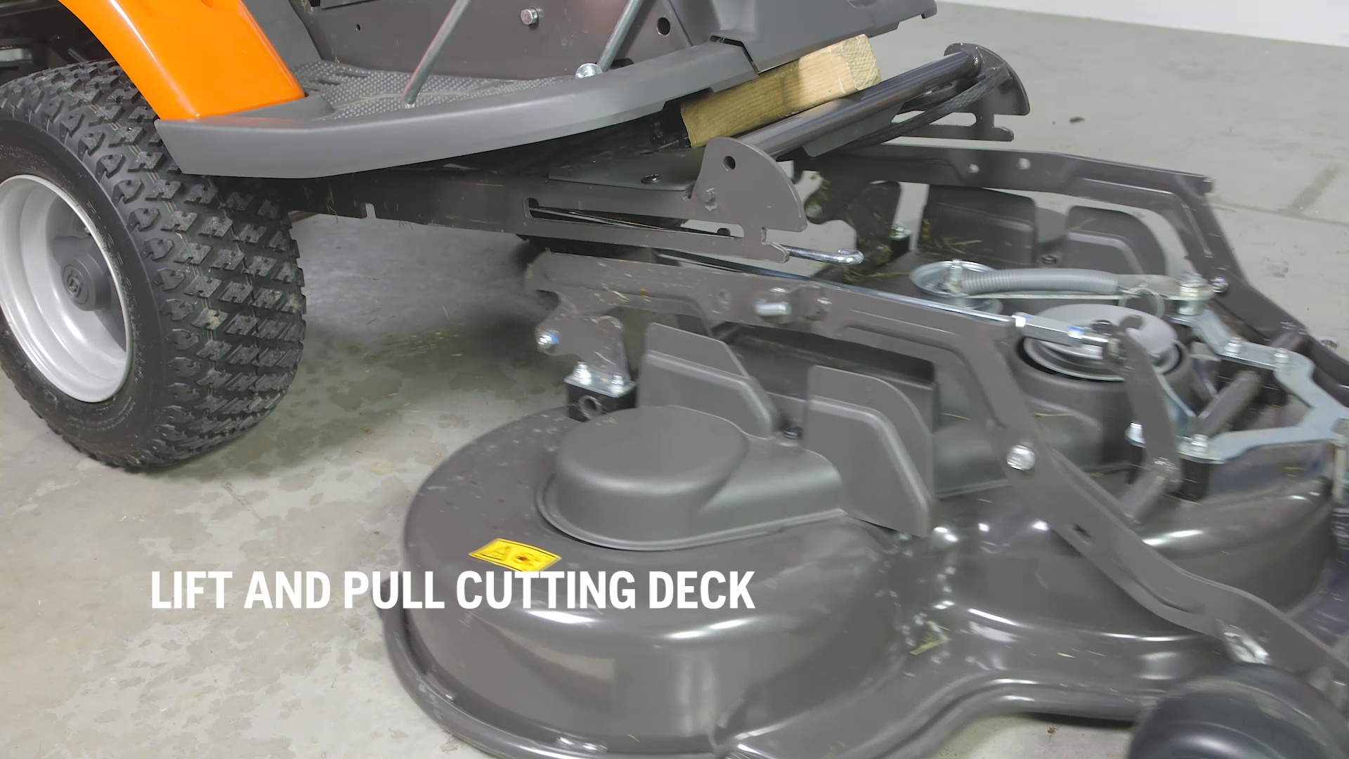 How to attach and remove the cutting deck (R 200-series)