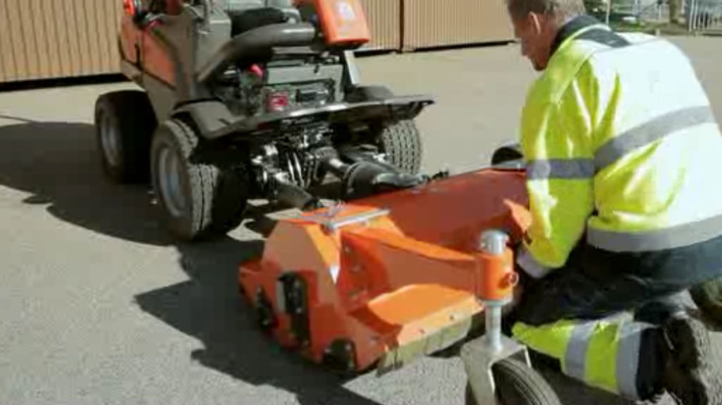 P 525D - how to attach flail mower