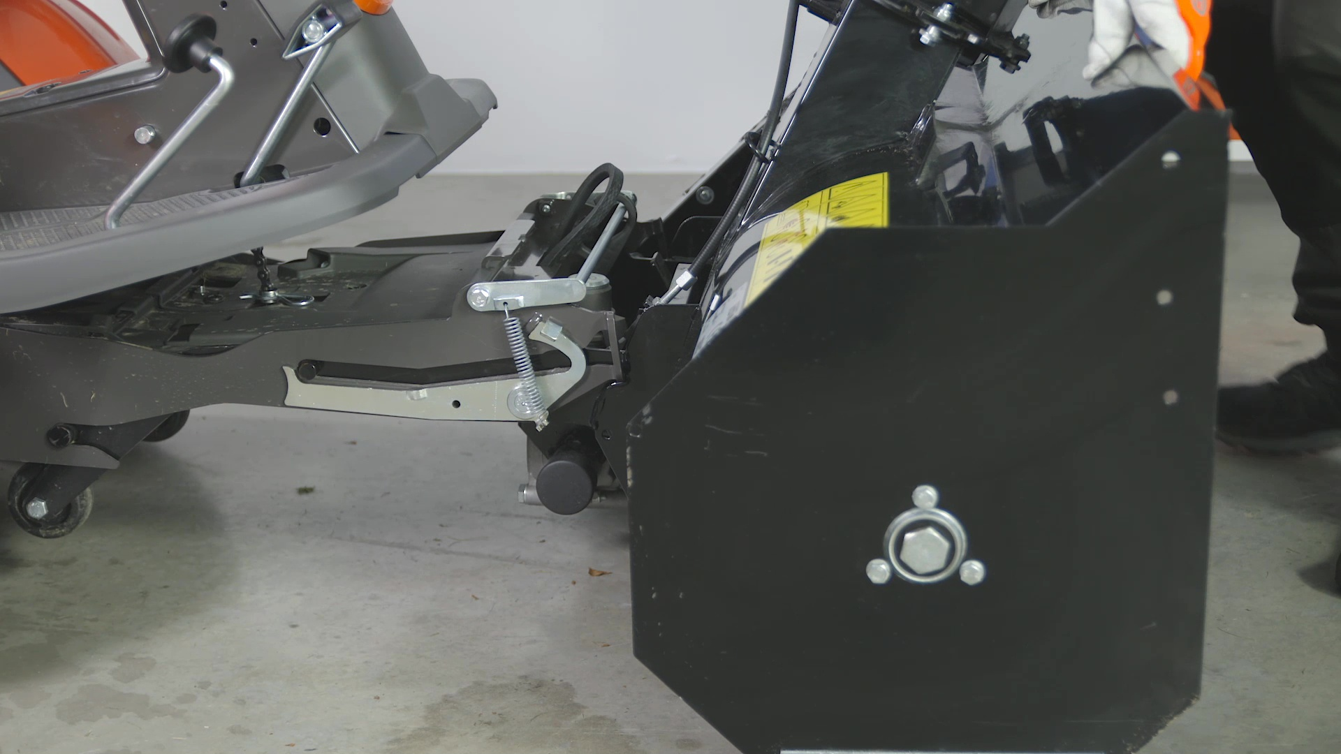 How to attach and remove a snow thrower (R 300-series)