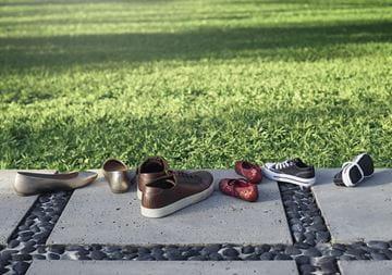 草地边的鞋子